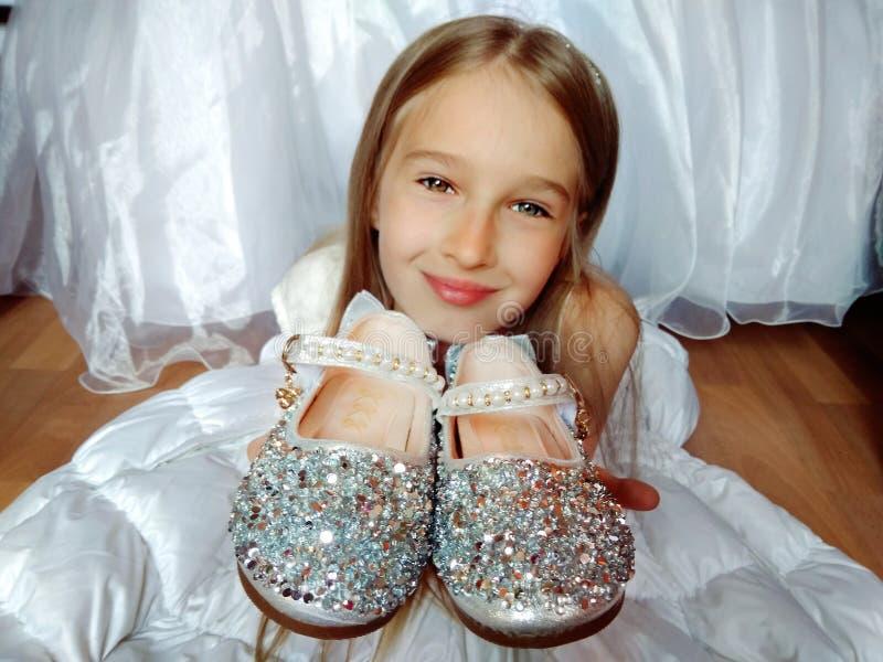 Meisje met zilveren schoenen stock afbeelding