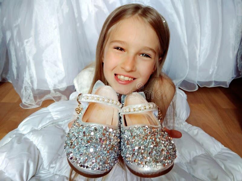 Meisje met zilveren schoenen stock fotografie