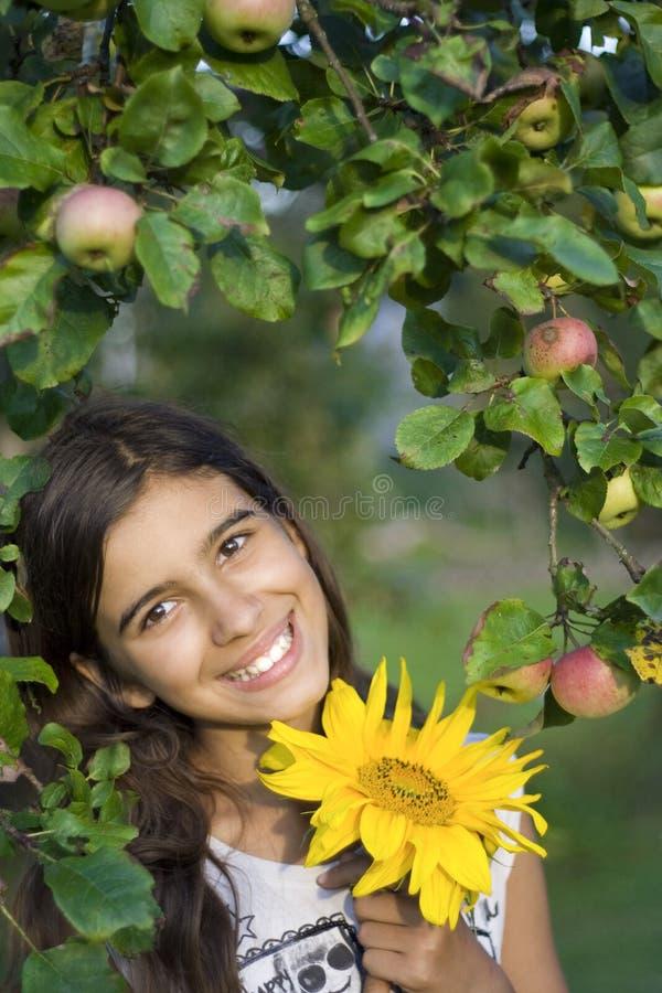 Meisje met zonnebloem stock foto