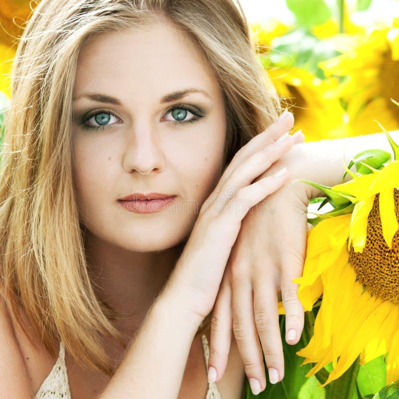 Meisje met zonnebloemen stock foto's
