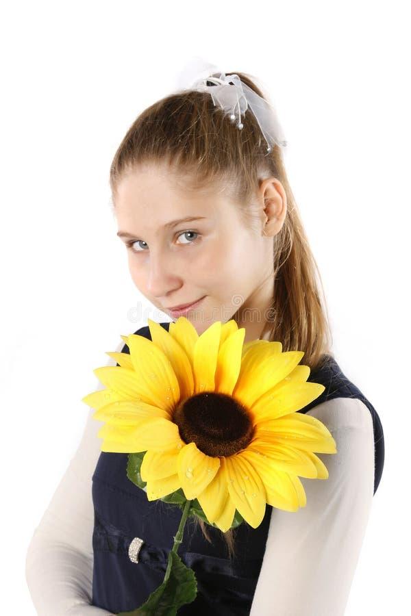 Meisje met zonnebloemzaden stock afbeelding