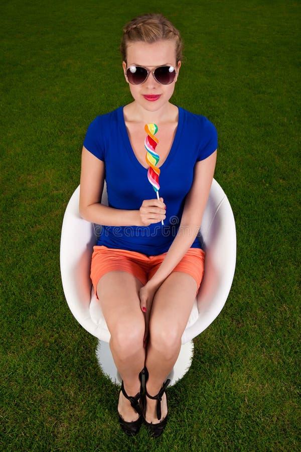 Meisje met zonnebril en een lolly stock afbeeldingen