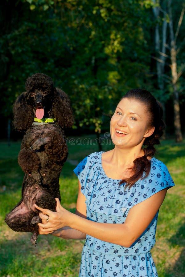 Meisje met zwarte poedel royalty-vrije stock foto