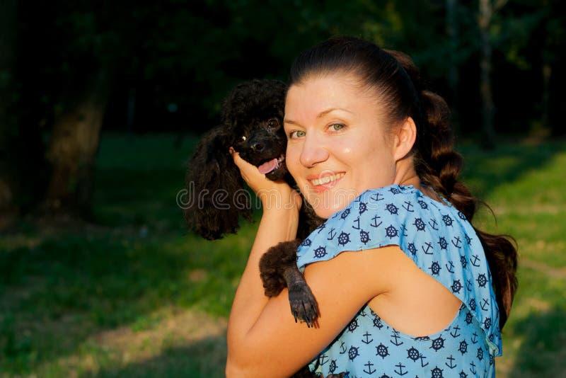 Meisje met zwarte poedel royalty-vrije stock afbeeldingen