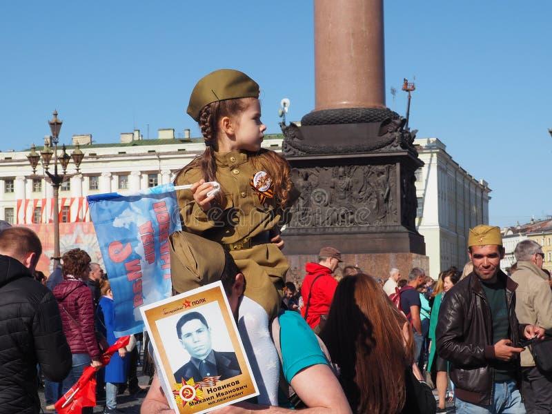 Meisje in militaire eenvormig op vakantiedag van overwinning, 9 Mei, Rusland royalty-vrije stock afbeelding