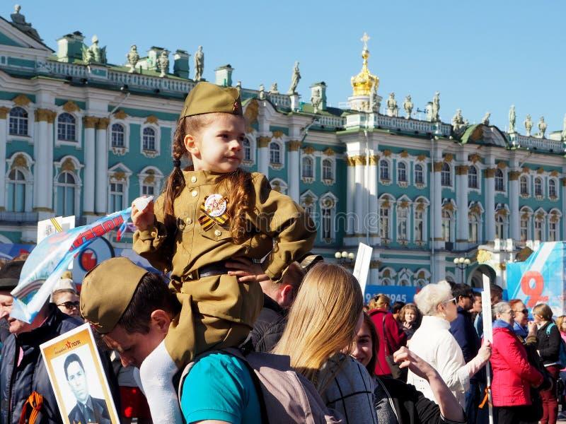 Meisje in militaire eenvormig op vakantiedag van overwinning, 9 Mei, Rusland stock fotografie