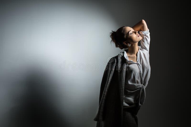 Meisje in modieuze zwarte laag royalty-vrije stock foto's
