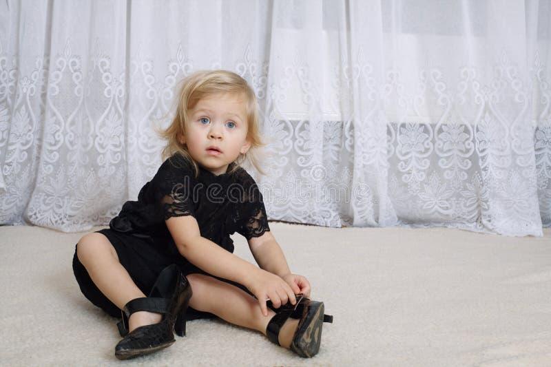 Meisje in moederkleding stock afbeelding