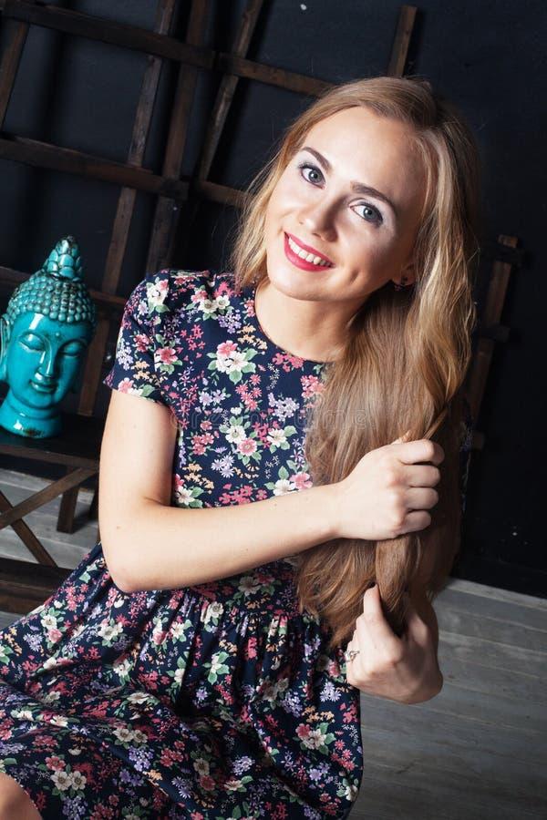 Meisje mooi, schoonheids zoete glimlach tegen haar Boedha stock foto