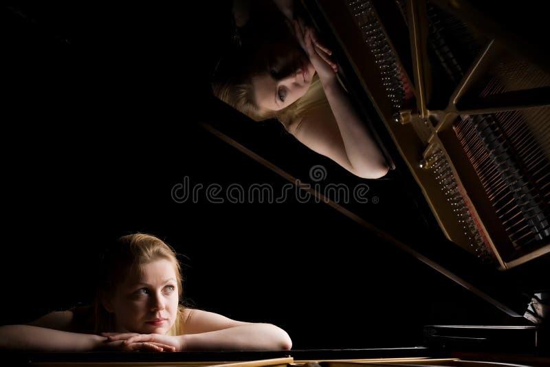 Meisje na een grote piano royalty-vrije stock foto's