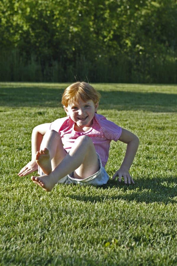 Meisje na salto mortale bij park stock afbeeldingen