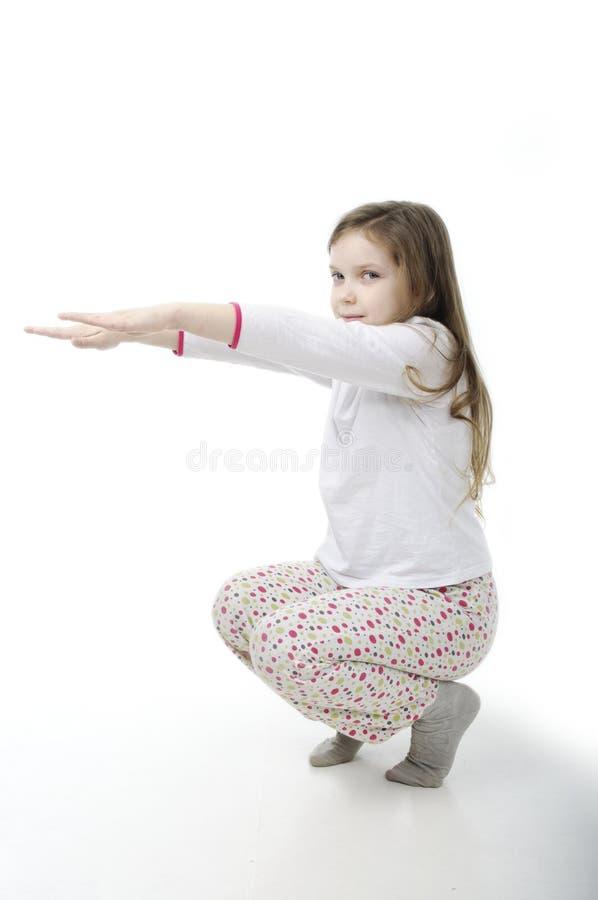 Meisje in nachthemdenopwarming op wit royalty-vrije stock afbeeldingen
