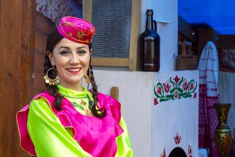 Meisje in nationale Tatar kleren bij vakantie 'Sabantui ' royalty-vrije stock afbeeldingen