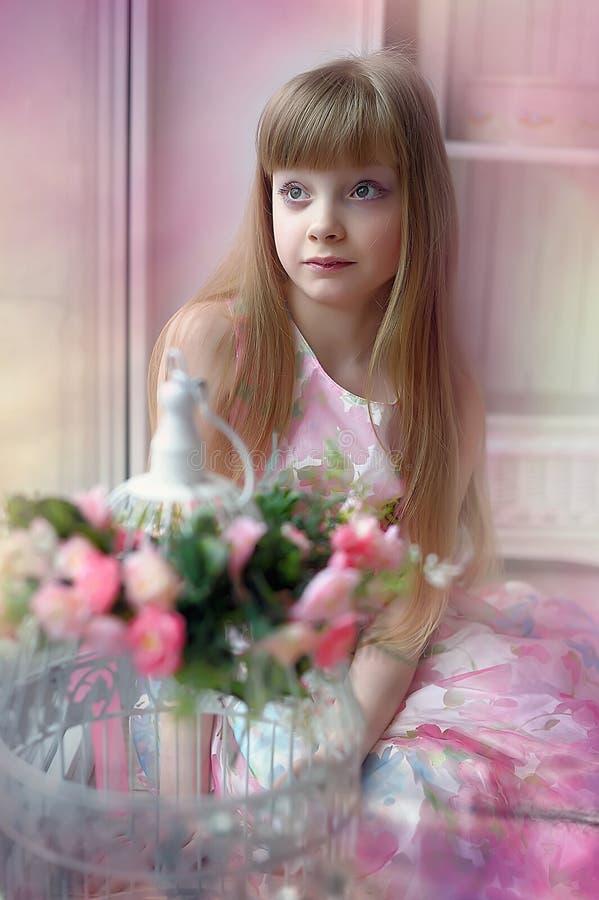Meisje onder de bloemen stock fotografie