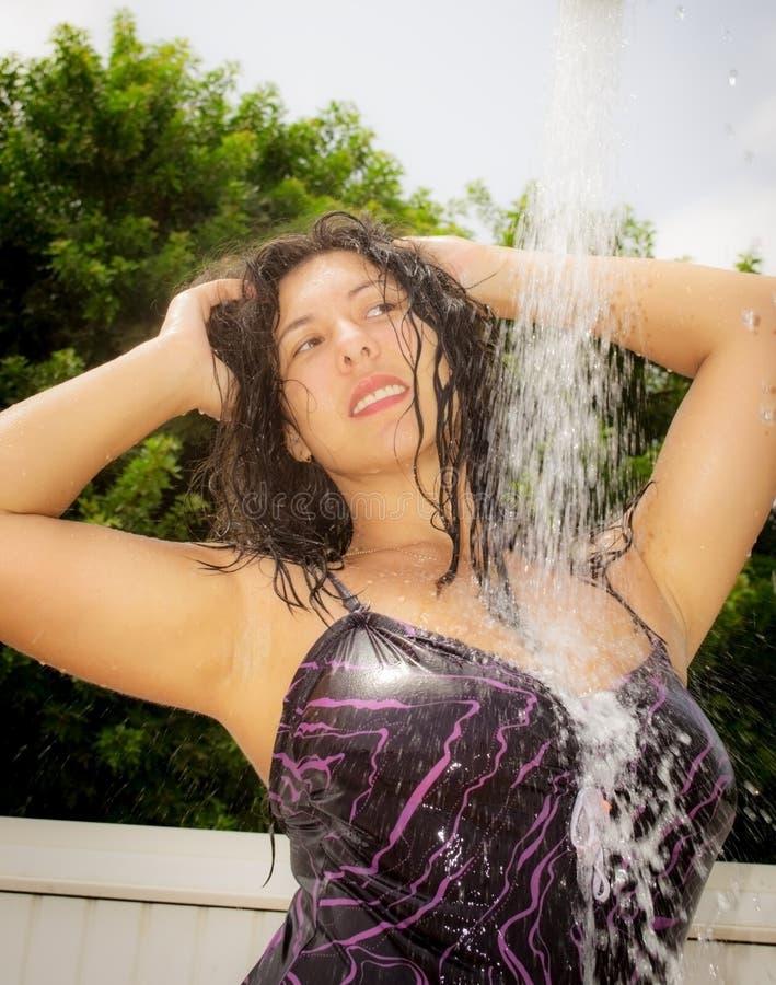 Meisje onder de douche stock afbeeldingen