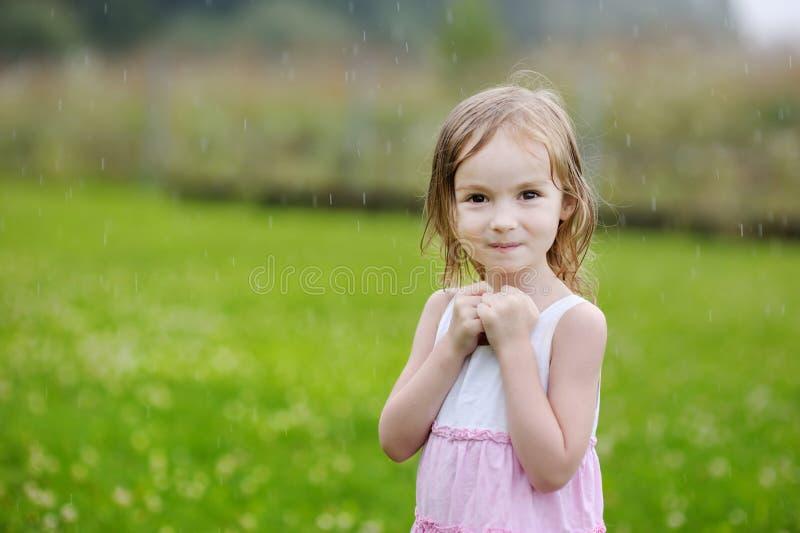 Meisje onder de regen royalty-vrije stock afbeelding