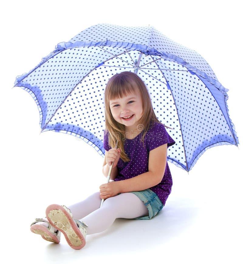 Meisje onder een paraplu stock afbeelding