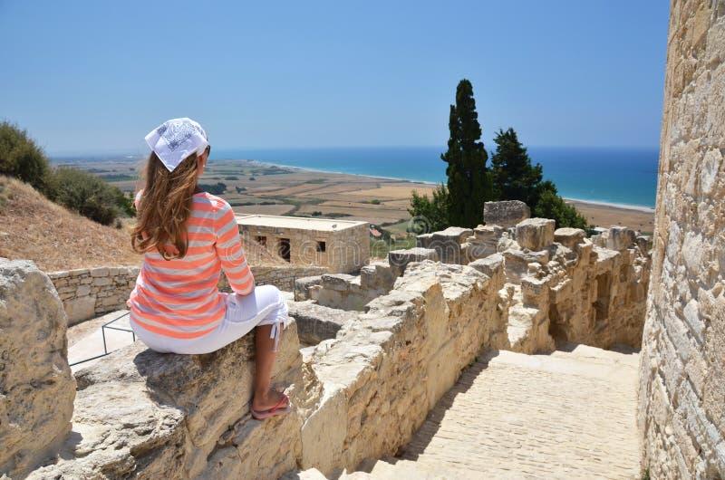 Meisje onder oude ruines stock foto