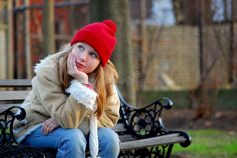 Meisje op bank royalty-vrije stock afbeeldingen