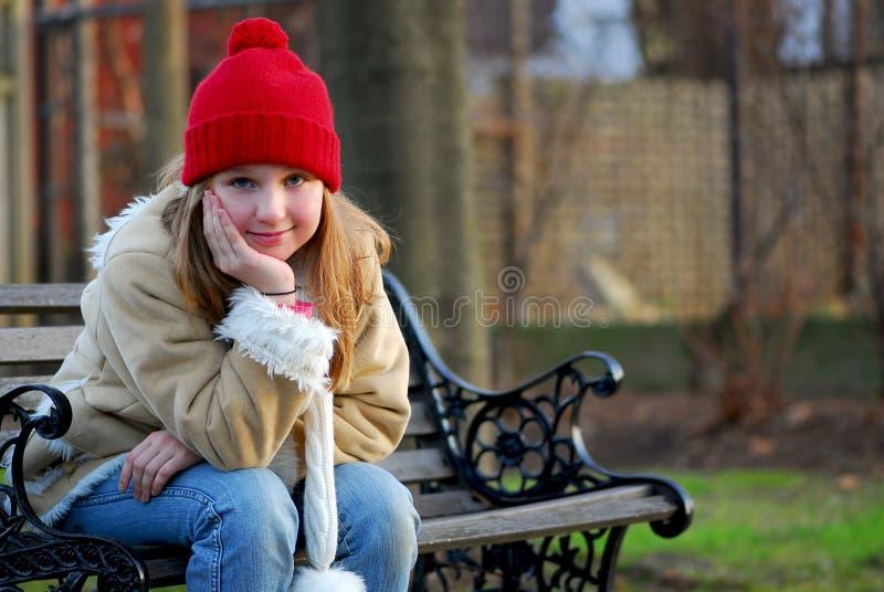 Meisje op bank stock afbeeldingen