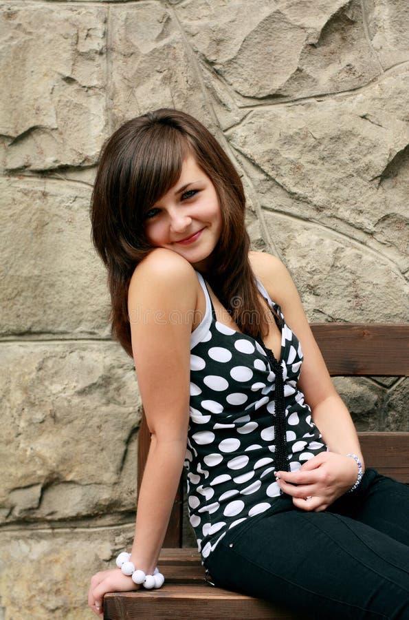 Meisje op bank stock foto