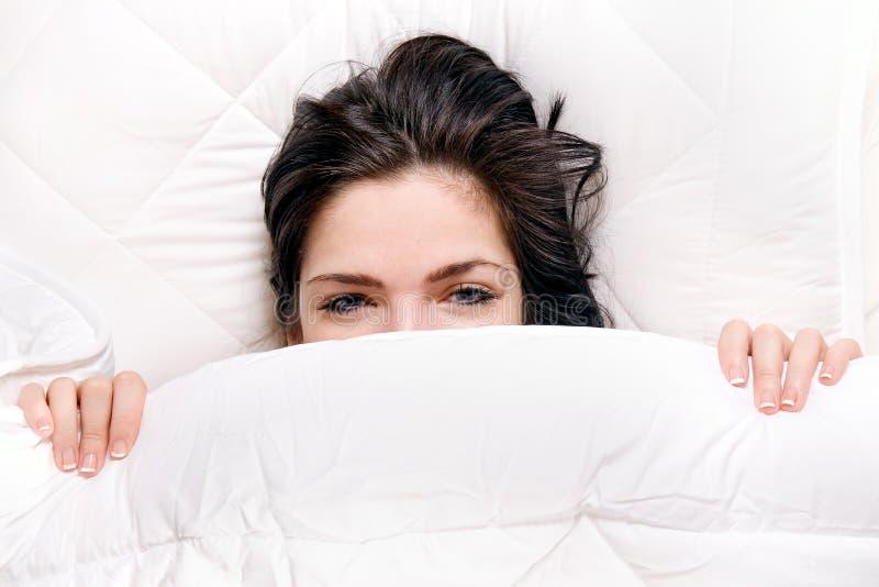 Meisje op bed royalty-vrije stock afbeelding
