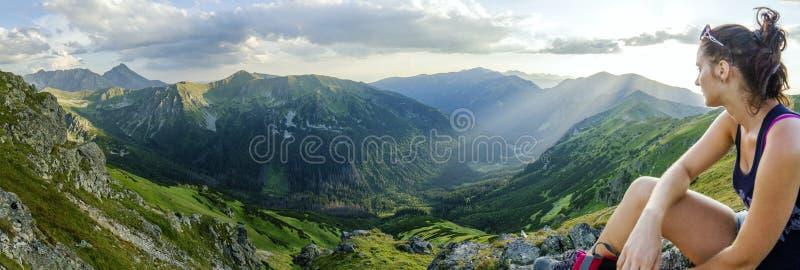 Meisje op bergen royalty-vrije stock foto's