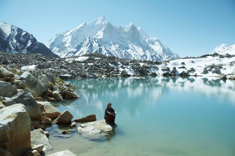 Meisje op bergmeer stock afbeeldingen