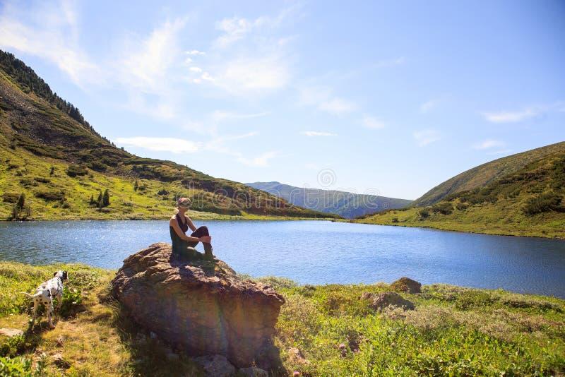 Meisje op bergmeer royalty-vrije stock afbeelding
