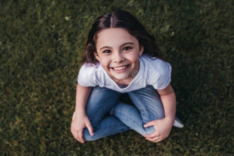 Meisje op binnenplaats stock afbeelding