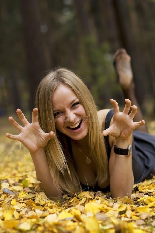 Meisje op bladeren stock fotografie