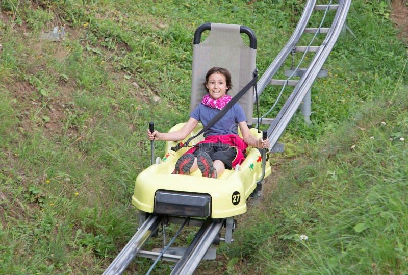 Meisje op Bob Ride in Tatranska Lomnica - Hoge Tatras stock afbeeldingen