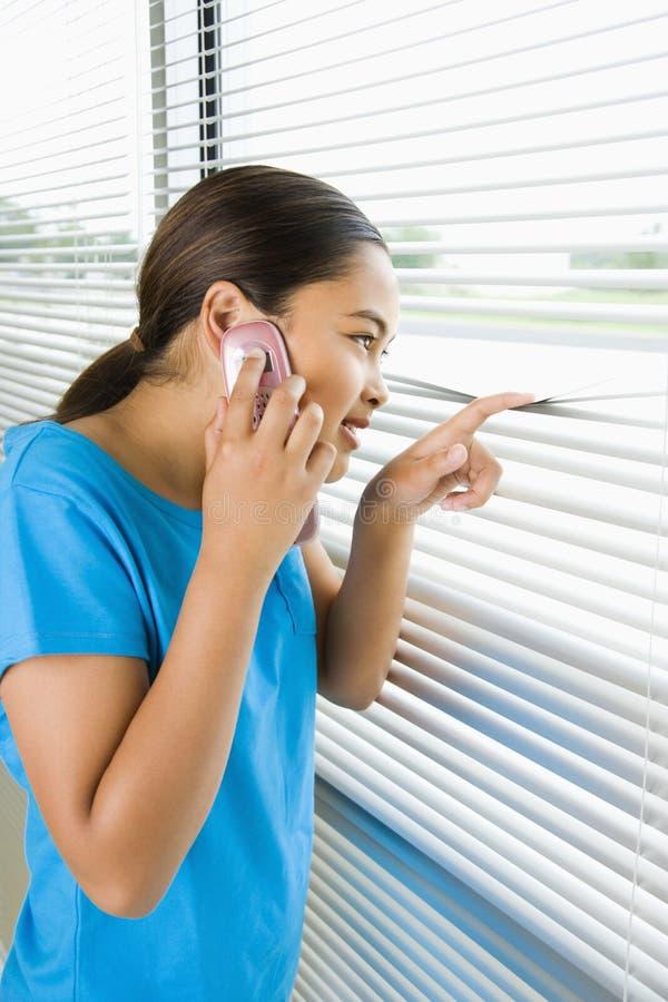 Meisje op celtelefoon. royalty-vrije stock afbeelding
