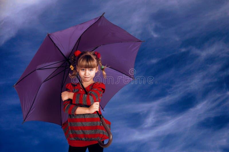 Meisje op de aard met een paraplu stock foto