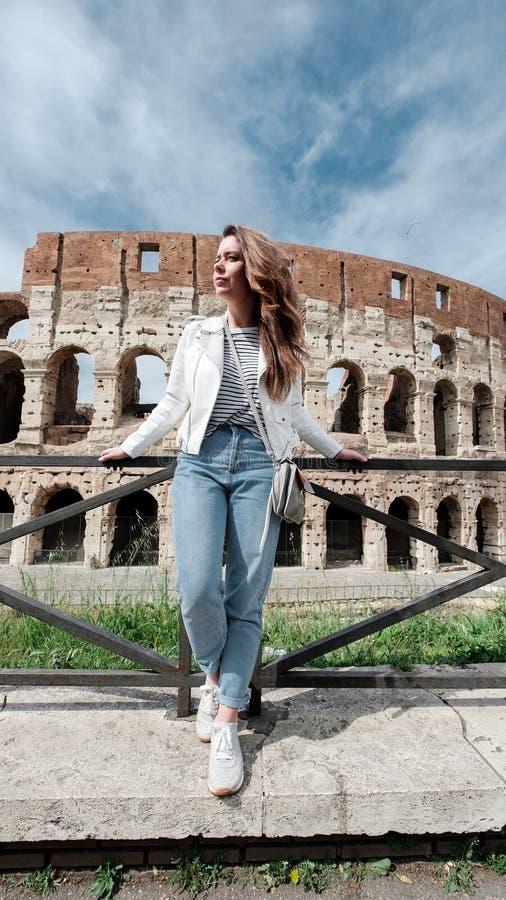 Meisje op de achtergrond van Colosseum stock foto's
