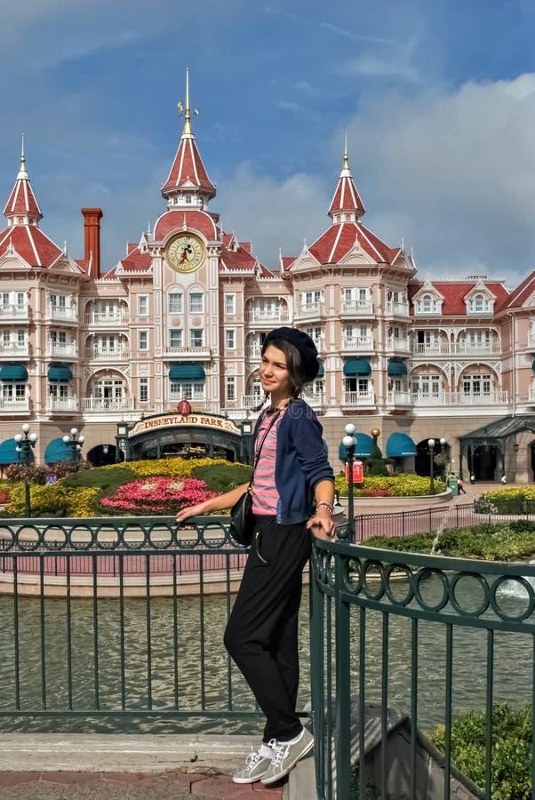 Meisje op de achtergrond van Disneyland stock foto