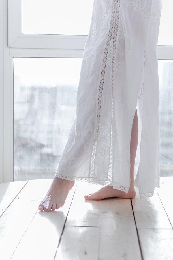 Meisje op de achtergrond van een venster met in hoog zeer belangrijk stock afbeelding