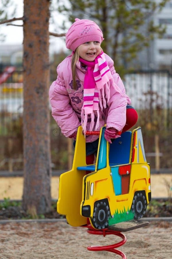 Meisje op de carrousel in de herfst stock afbeelding
