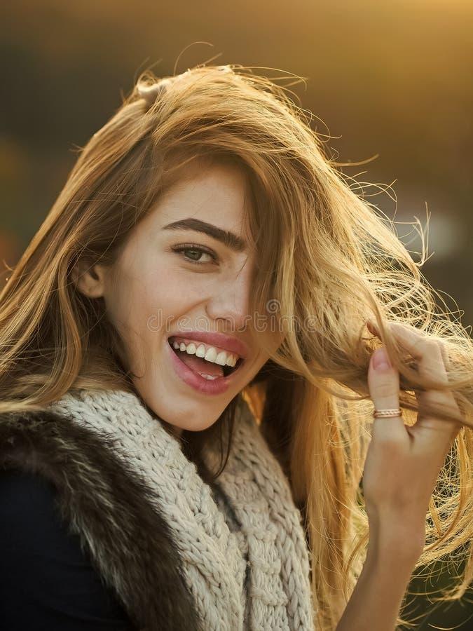 Meisje op de herfst natuurlijke achtergrond royalty-vrije stock afbeelding