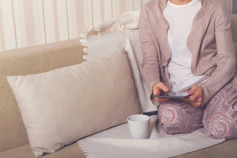Meisje op de laag met een tablet stock foto's