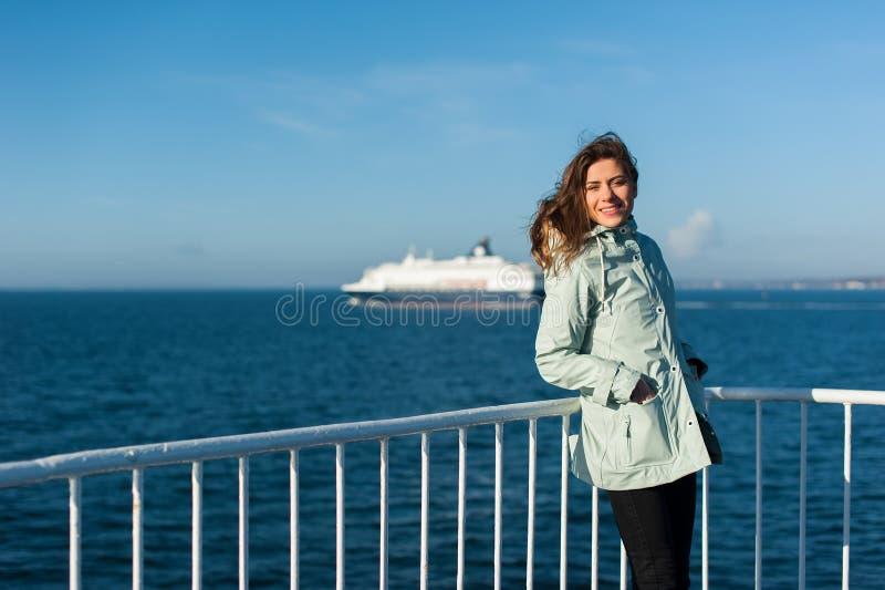 Meisje op de oceaan op een cruisevoering stock fotografie