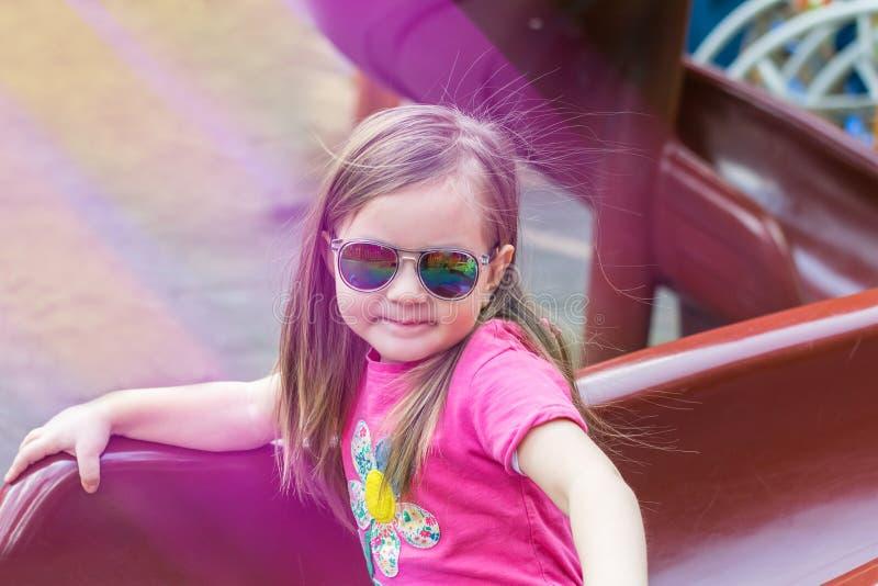 Meisje op de speelplaats stock fotografie