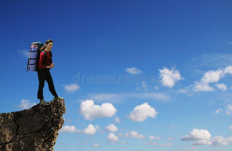 Meisje op de steenpiek stock afbeelding