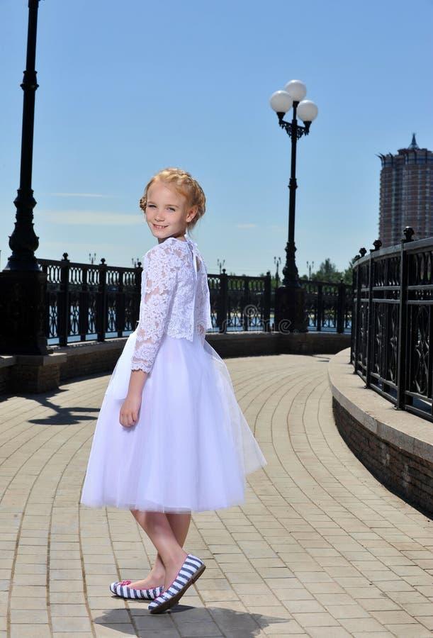 Meisje op de straat royalty-vrije stock afbeelding