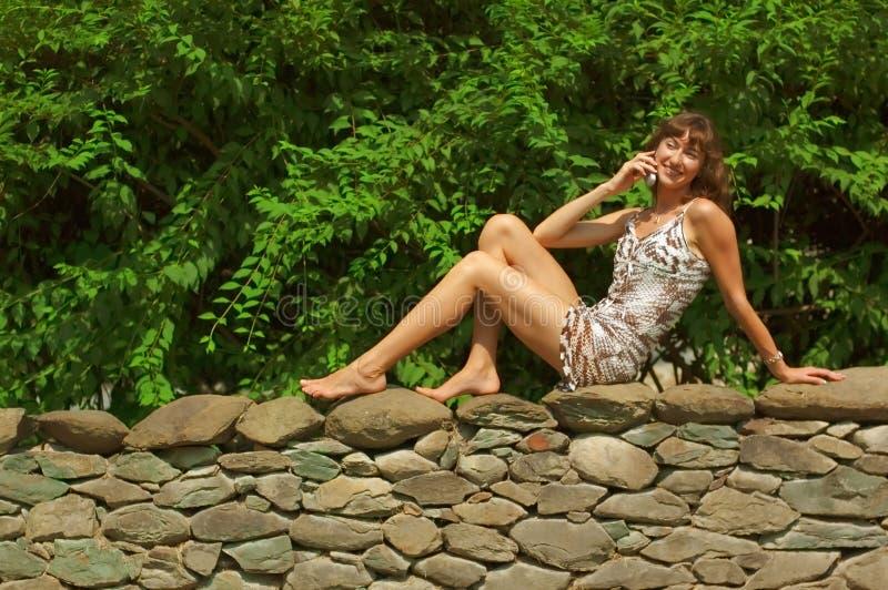 Meisje op de Telefoon van de Cel stock afbeelding
