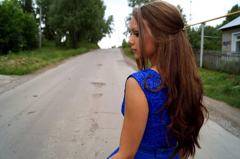 Meisje op de weg stock foto