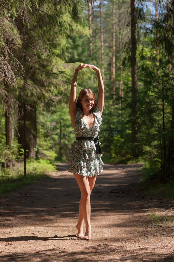 Meisje op de weg stock fotografie