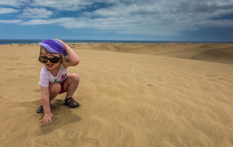 Meisje op de zandduinen stock fotografie