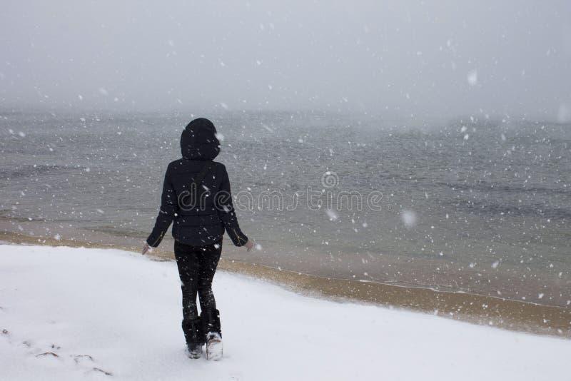 Meisje op de Zwarte Zee in de sneeuw stock afbeeldingen