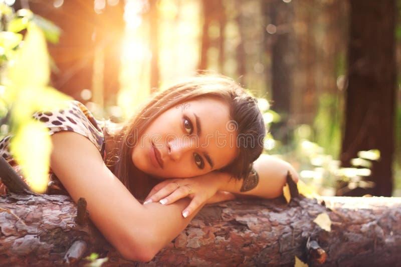 Meisje op een achtergrond van bomen stock foto